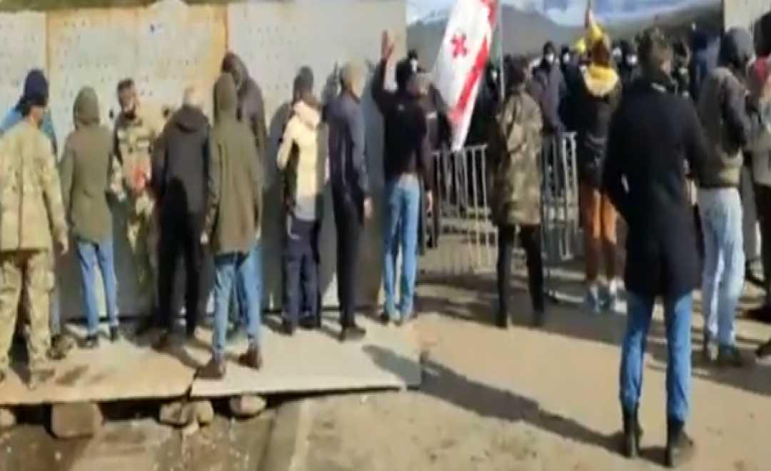 პოლიციამ გუმათჰესთან რკინის ბარიკადები აღმართა